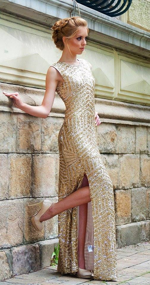 Великолепната златиска рокля подчертава тази прическа - Небрежен кок с плитка (Undone Braid)